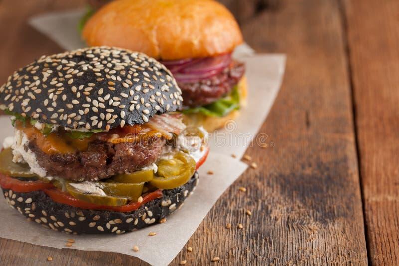 套三微型自创汉堡用大理石牛肉和菜在老木背景 速食和快速的fo的概念 库存图片
