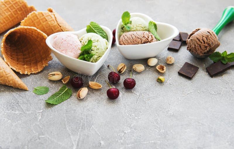 套不同的颜色和味道冰淇凌瓢  库存照片
