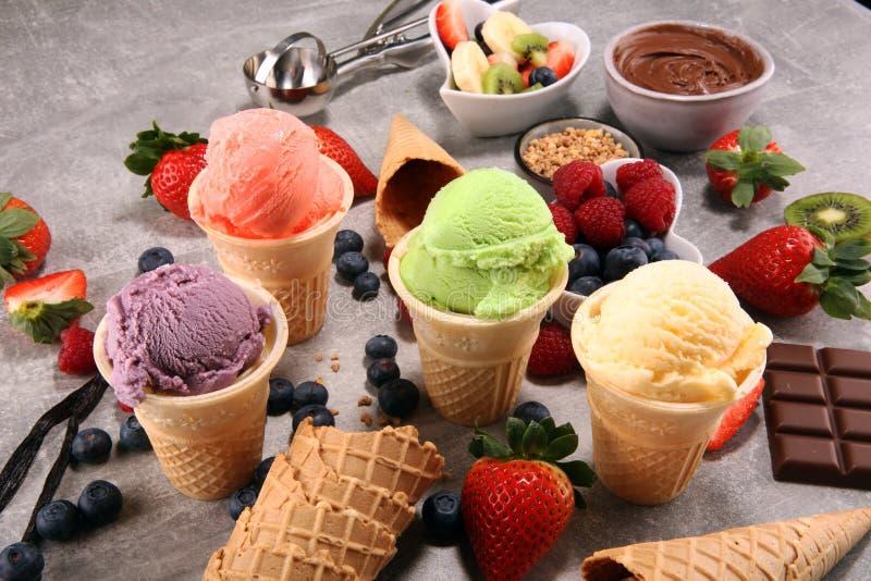 套不同的颜色和味道冰淇凌瓢  免版税库存图片