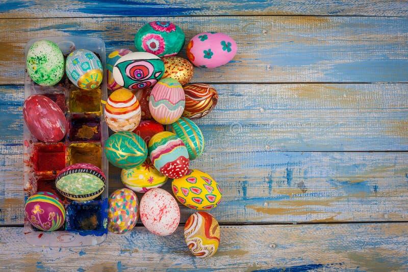 套与调色板的五颜六色的复活节彩蛋 图库摄影