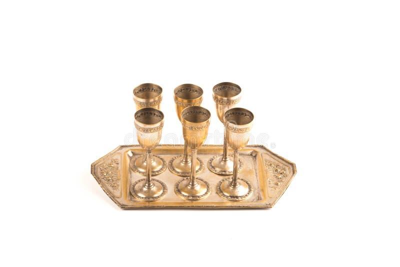套与饮料盘子的六块古铜色玻璃 免版税库存照片