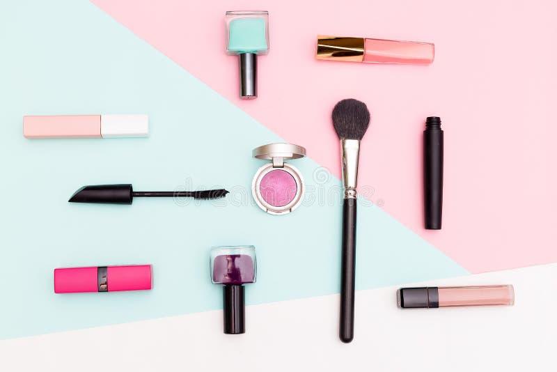 套专业装饰化妆用品 平的位置构成 免版税图库摄影