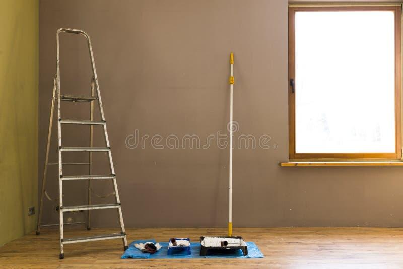 套为在家绘墙壁的工具 免版税库存照片