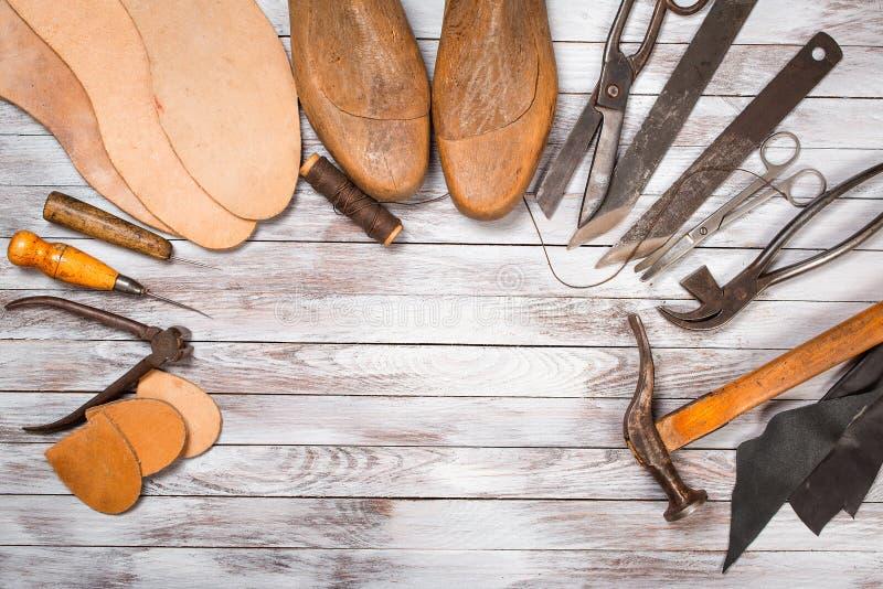 套为鞋匠的工具白色木背景的 复制空间 图库摄影