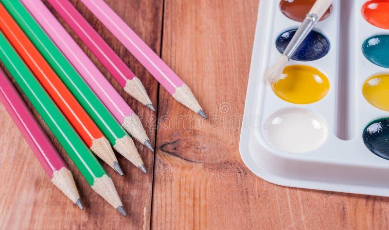 套五颜六色的油漆和刷子 回到概念学校 免版税库存图片