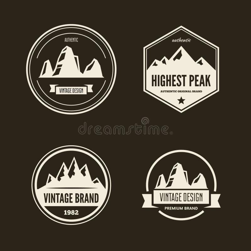 套传染媒介山和室外冒险商标 旅游业,远足的和野营的标签 皇族释放例证