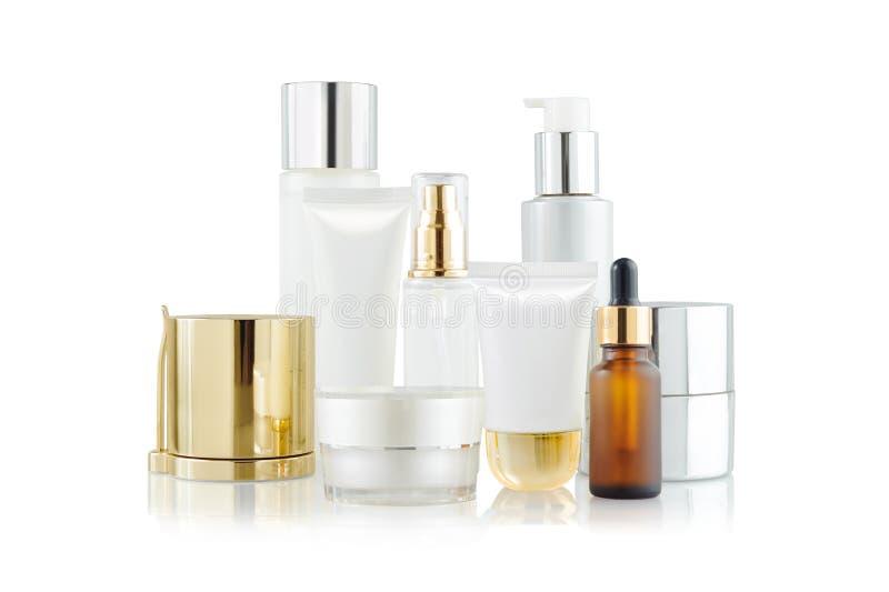 套化妆容器 化妆产品瓶、分配器、吸管、瓶子和管在白色 图库摄影
