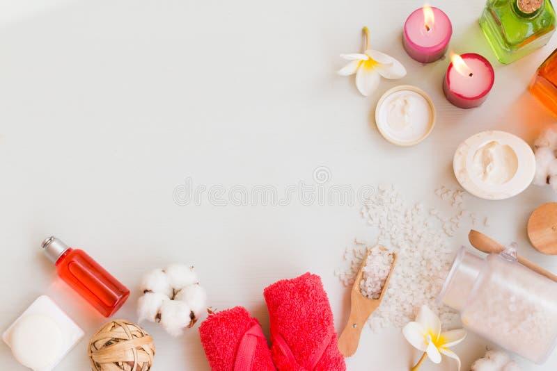 套卫生间辅助部件 自然肥皂、腌制槽用食盐、海绵、化妆水和奶油 顶视图 库存照片