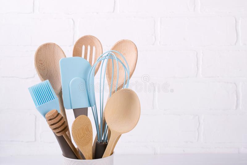 套厨房器物,木和硅树脂,赠送阅本空间 免版税库存照片