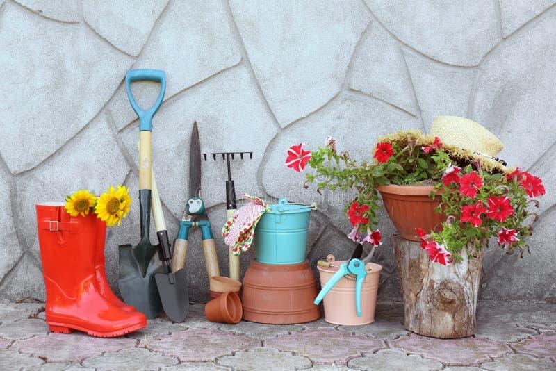 套园艺工具临近墙壁 库存照片