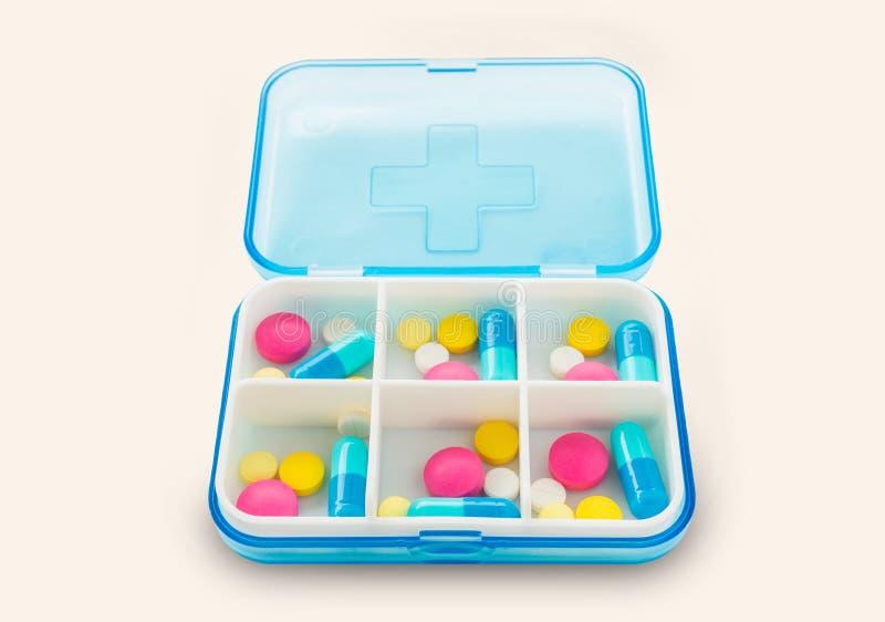 套在一个药盒的药片在白色背景 免版税库存照片