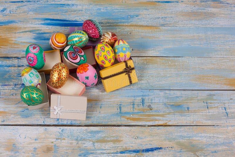 套在小礼物盒的五颜六色的复活节彩蛋 免版税库存图片