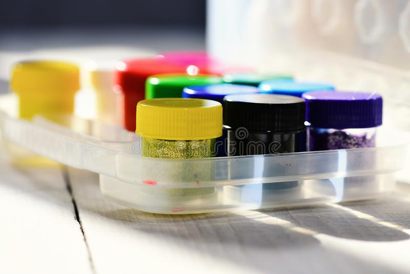 套在所有彩虹颜色的油漆 瓶树胶水彩画颜料 免版税库存照片