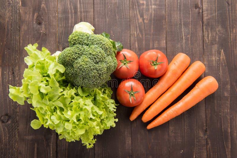 套在木桌上的新鲜蔬菜 图库摄影