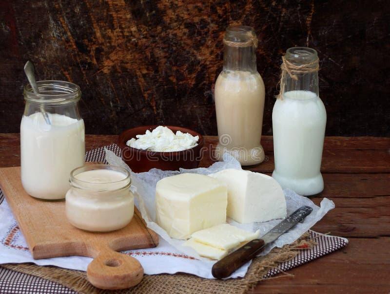 套在木背景的新鲜的乳制品:牛奶,乳酪,村庄酸奶蛋无盐干酪ryazhenka希脂乳 库存图片