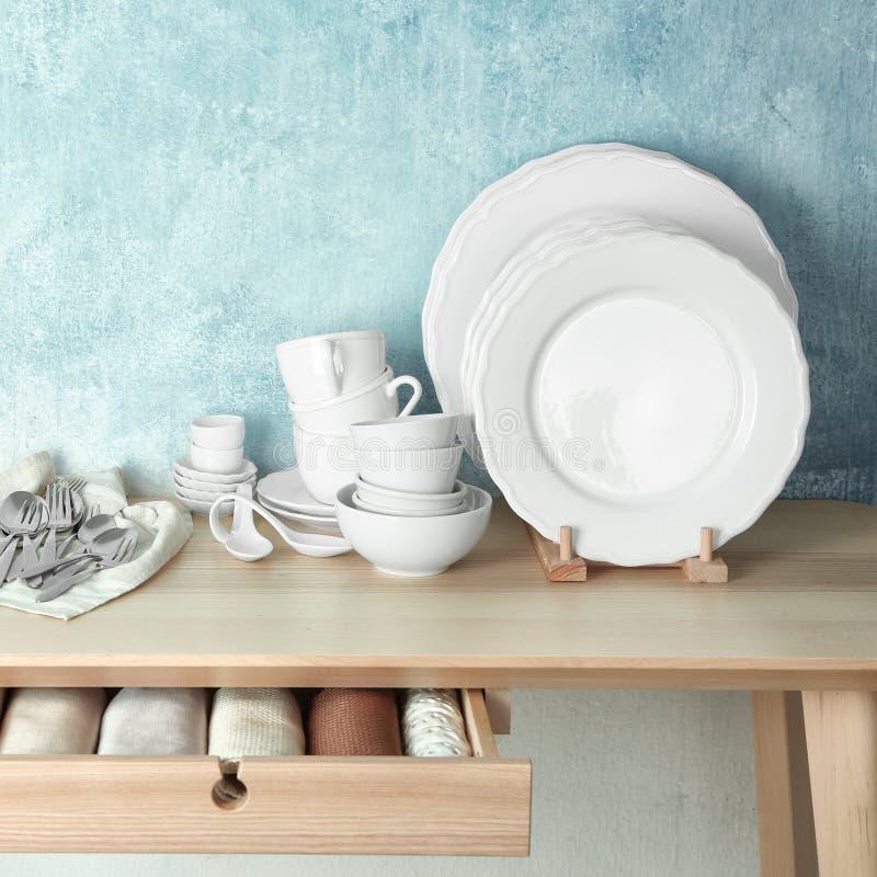 套在桌上的碗筷 免版税图库摄影