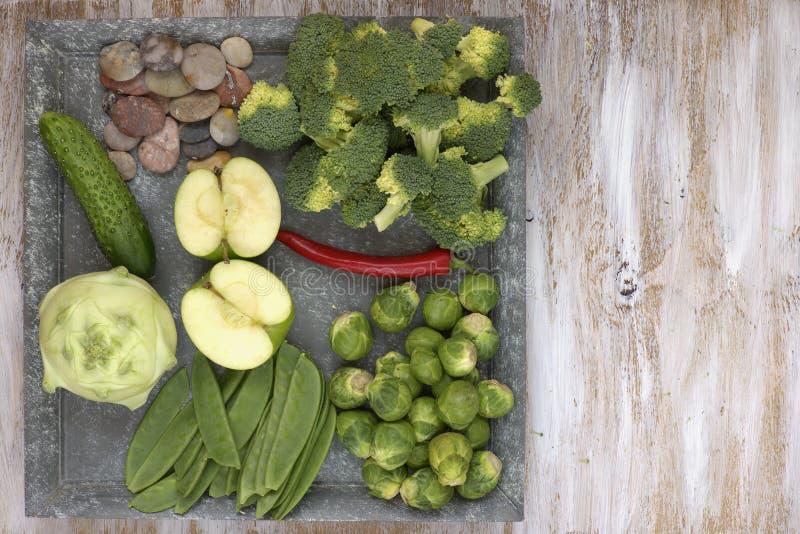 套在白色的菜绘了板材和木背景:撇蓝,黄瓜,苹果,胡椒,抱子甘蓝,豌豆荚, bro 免版税库存照片