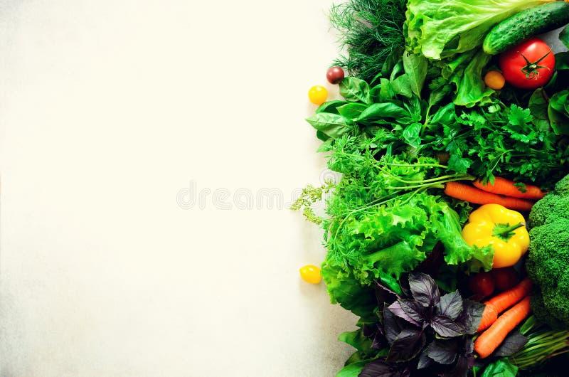 套在白色背景的新鲜蔬菜 芳香草本,葱,鲕梨,硬花甘蓝,胡椒响铃,茄子,圆白菜 库存照片