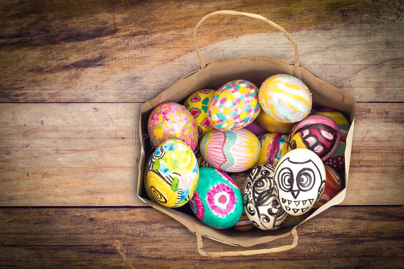 套在纸袋的五颜六色的复活节彩蛋 免版税库存照片