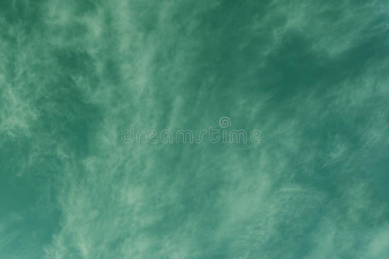 套在绿色的被隔绝的云彩 背景设计要素空白四的雪花 免版税库存图片