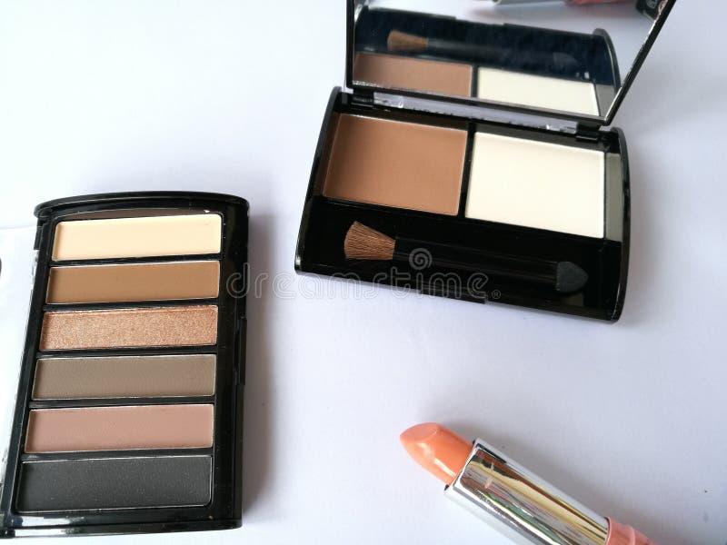 套在被隔绝的白色背景的装饰化妆用品 构成化妆产品眼影,刷子,眼睛划线员灰棕色口气 免版税库存照片