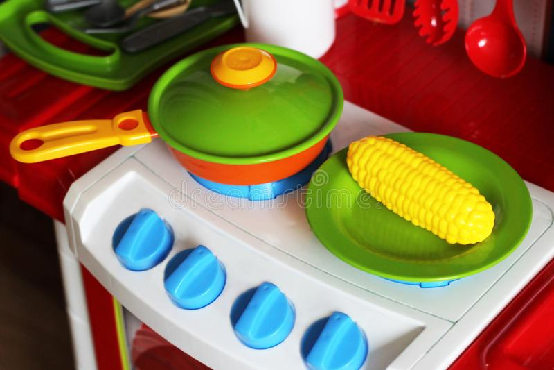 套孩子盘 儿童` s玩具 儿童` s厨房比赛 免版税库存照片