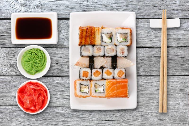 套寿司、maki和卷在灰色木背景 免版税图库摄影