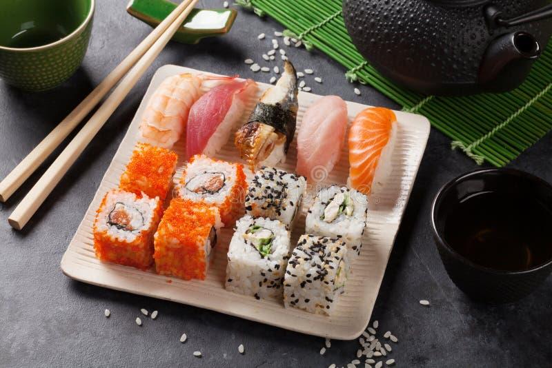 Download 套寿司、maki和绿茶 库存图片. 图片 包括有 投反对票, 鳗鱼, 板岩, 大豆, 石头, 日语, 三文鱼 - 72361141