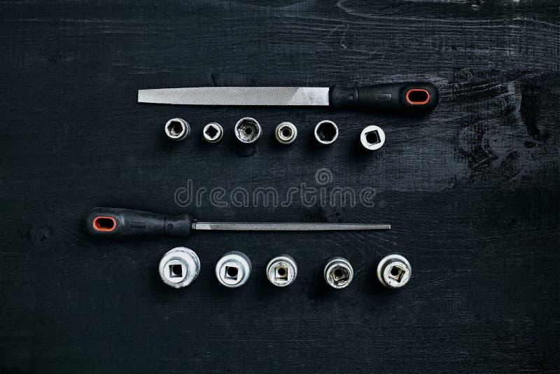 套工具凿子,在黑木背景的板钳 免版税库存图片
