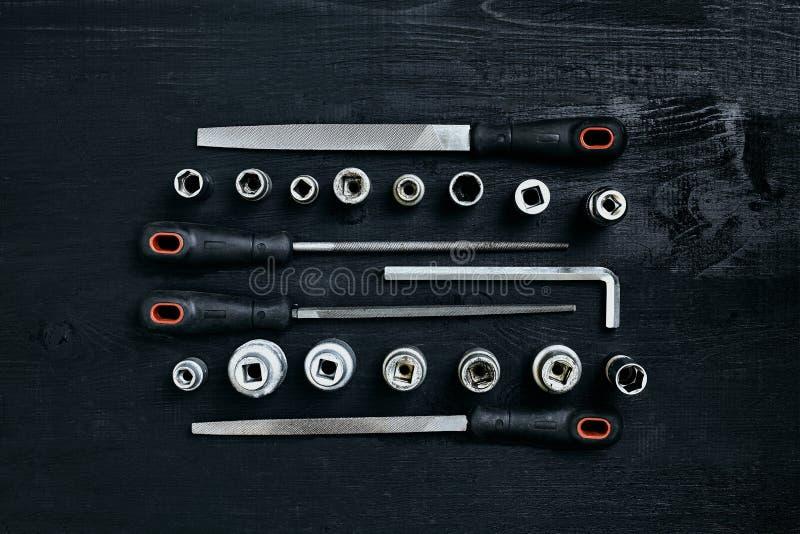 套工具凿子,在黑木背景的板钳 免版税图库摄影
