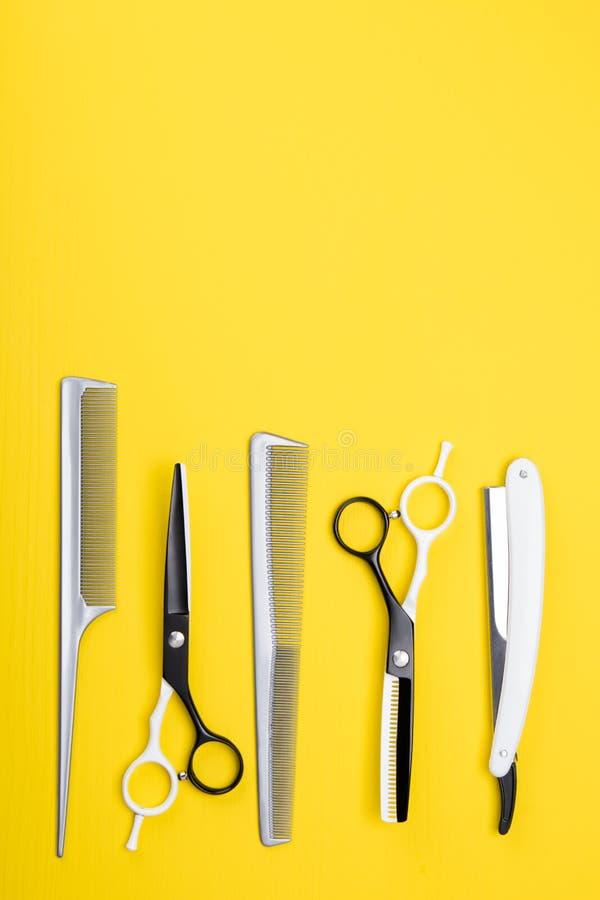 套工具和项目护发的和理发,在黄色背景 库存照片