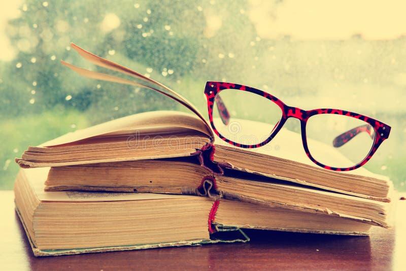 套放大镜和书在窗口 库存图片