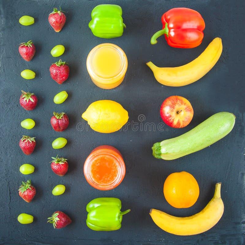 套新近地被紧压的果汁,在黑暗的ba的圆滑的人橙黄青绿的香蕉柠檬苹果橙色猕猴桃葡萄草莓 库存图片