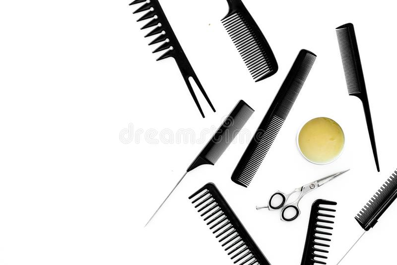 套有梳子白色背景顶视图嘲笑的专业美发师工具 免版税库存图片