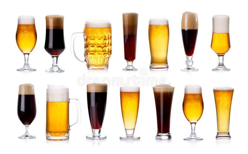 套杯子和玻璃用在whi隔绝的淡和黑啤酒 免版税库存照片