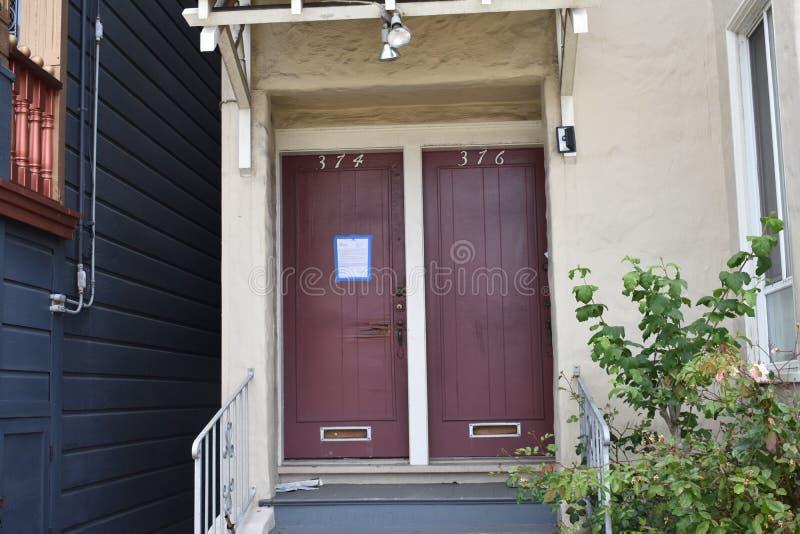套楼公寓旧金山,2的一个被放弃的一半 库存照片