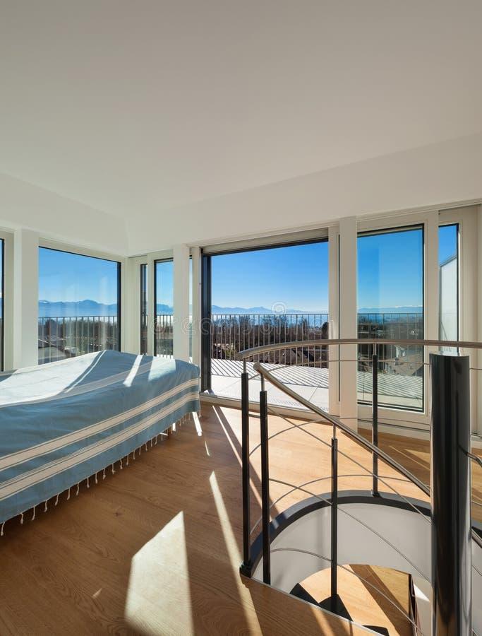 套楼公寓的内部,明亮的卧室, 库存照片