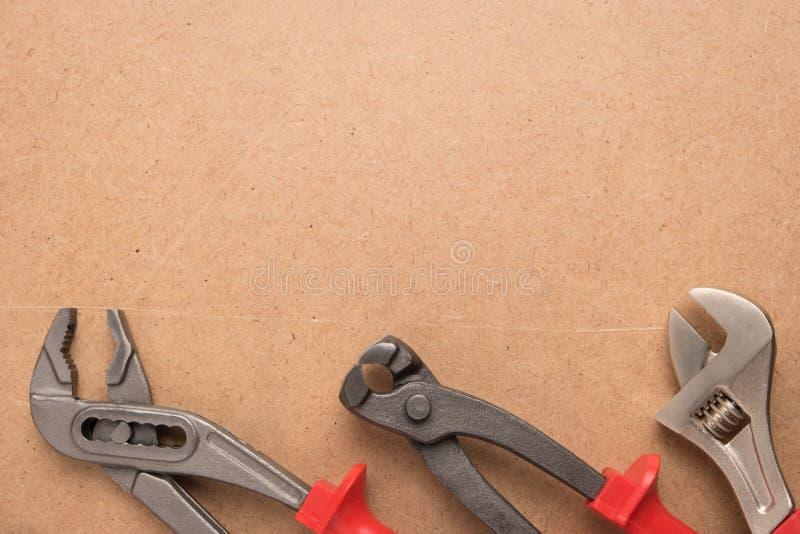 套泵浦钳子、钳子和板钳 在木盘区的工具 免版税图库摄影
