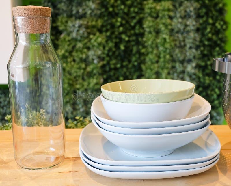 套瓷盘,碗板材和玻璃瓶 图库摄影