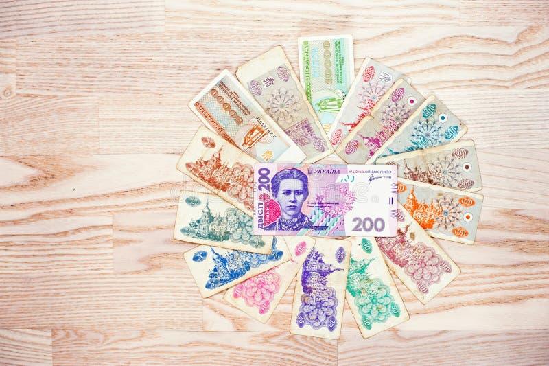 套票据与200 hryvnia金钱的乌克兰karbovanets在木 免版税库存照片