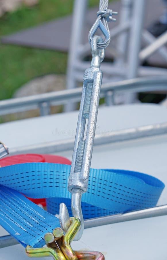 套筒螺母紧固与钢标尺的缆绳 免版税图库摄影