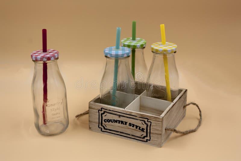 套细节有各种各样的颜色盒盖和秸杆的玻璃瓶  库存照片