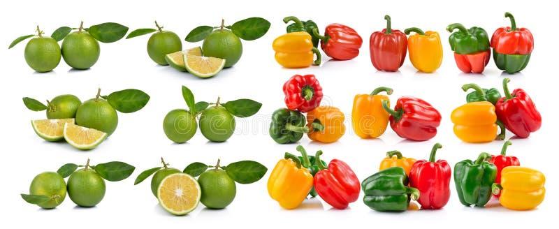 套胡椒和新鲜的甜橙与叶子 图库摄影