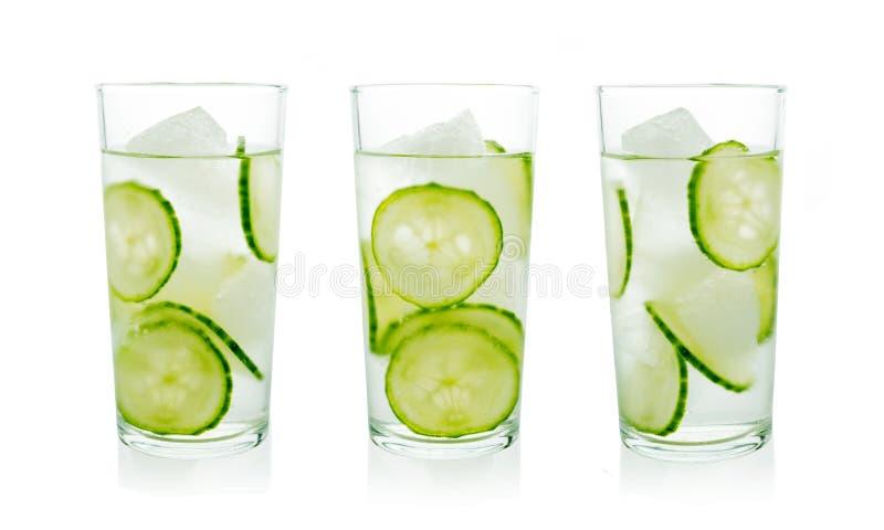 套自创黄瓜冰了在水晶玻璃的柠檬水 库存图片