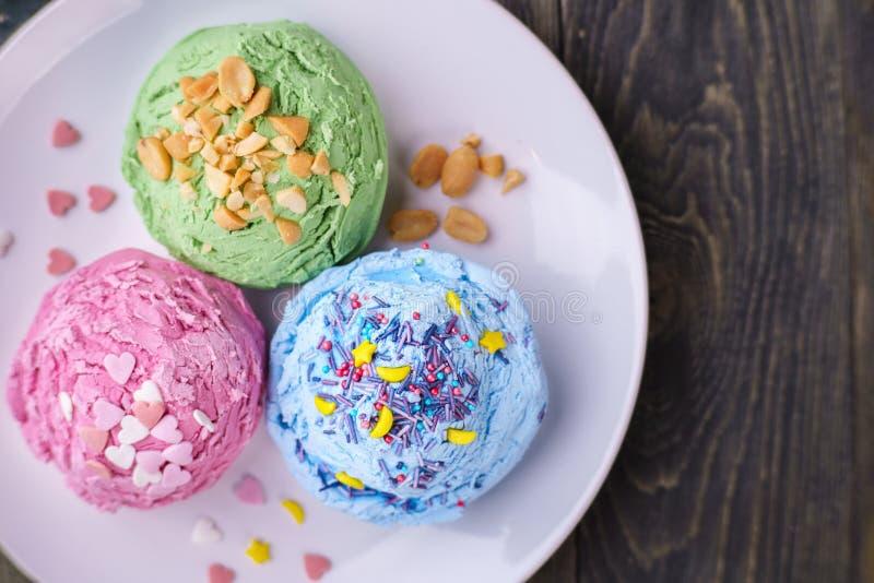 套草莓、开心果和蓝莓调味了冰淇凌sc 免版税库存照片