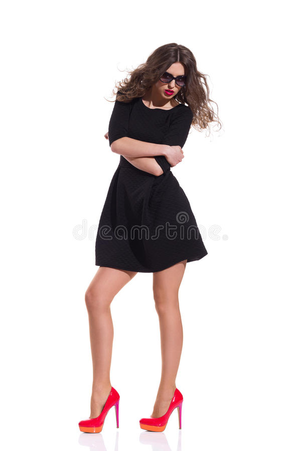 黑套衫连超短裙的高雅妇女 免版税库存图片