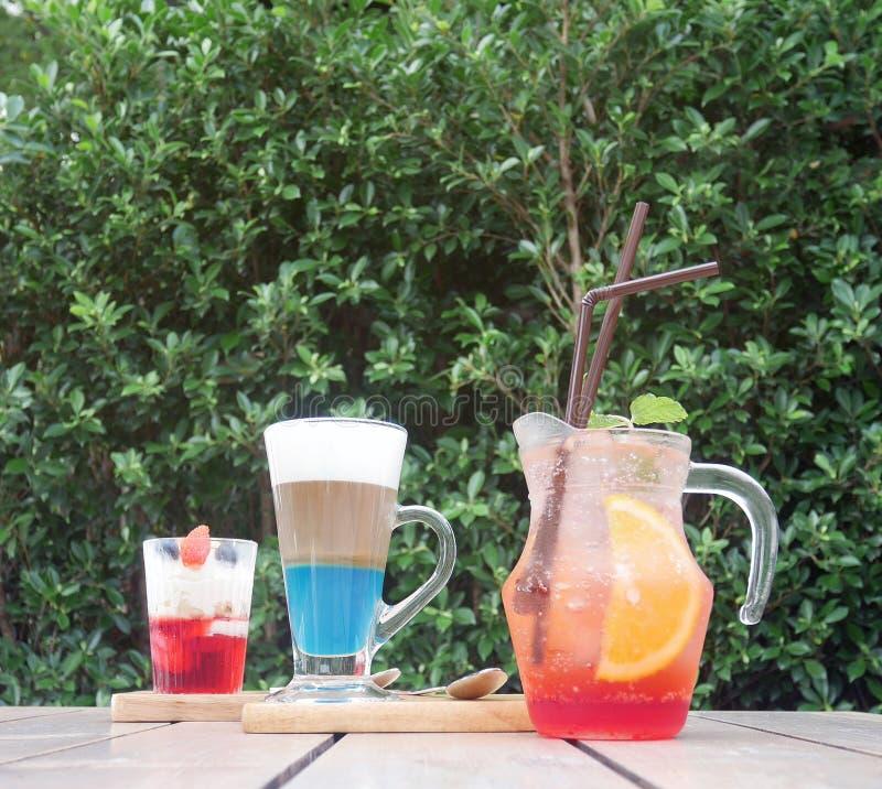 套被冰的柠檬果汁喷趣酒、香草冰淇淋和热奶咖啡 免版税库存照片