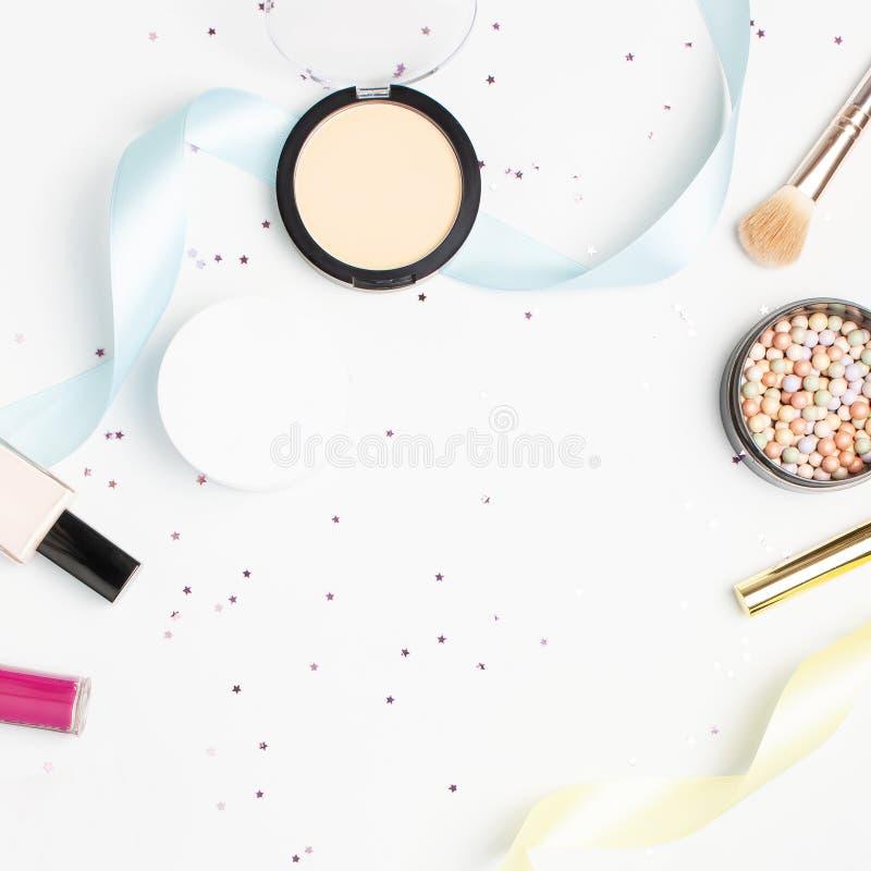 套装饰化妆用品染睫毛油粉末唇膏眼影膏脸红构成刷子,星五彩纸屑在光的假日丝带 库存图片