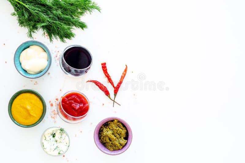 套调味汁 番茄酱,蛋黄酱,芥末,酱油,烤肉汁, pesto,芥末,酸近的辣椒和 库存照片