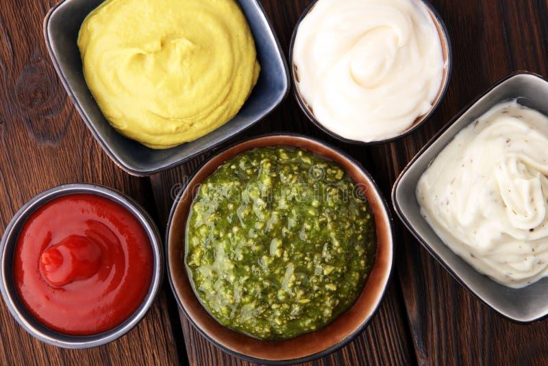 套调味汁-番茄酱,蛋黄酱,芥末bbq调味汁, pesto, m 库存照片